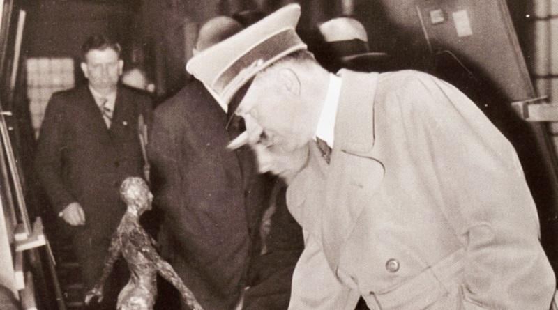 Het portret van Anni Mewes te midden van andere in beslag genomen beelden, kritisch bekeken door Adolf Hitler © Archief Andreas Hüneke, Potsdam; origineel in de National Archives Washington
