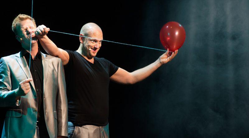 Rob en Emiel verbazen met theatervoorstelling 'Onderweg'